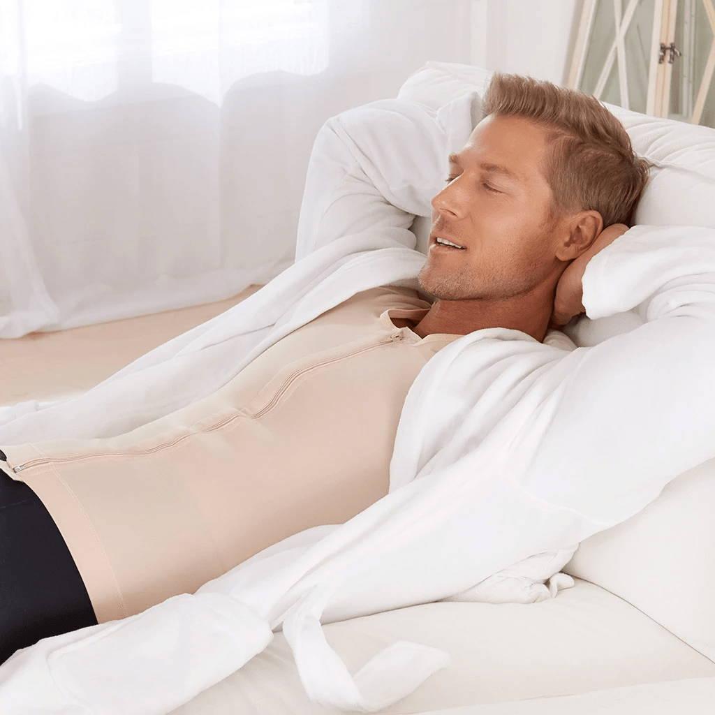 Mann entspannt in Marena Kompressionsmieder