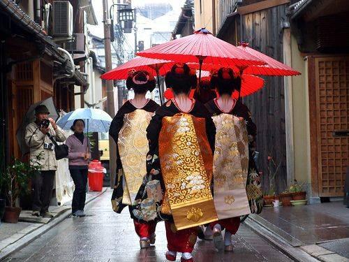 3 maiko (geisha in training) walking the Hanamachi