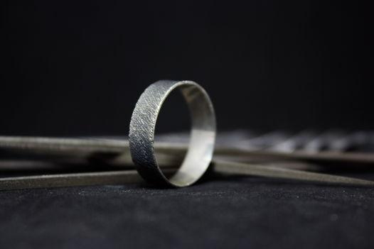 Широкое кольцо из серебра с диагональной фактурой, размер по запросу
