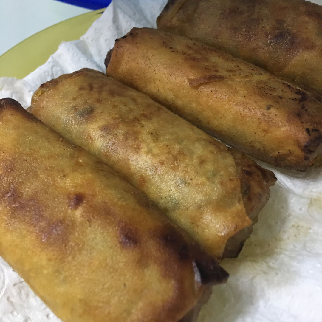 May 15th, 20 - Vege fried spring roll. Now it became my gal's favourite. We prepared it in advanced. I substituted coriander with another vege. But don't know how to call them. Learnt online from I love them too. It taste great even by its own.