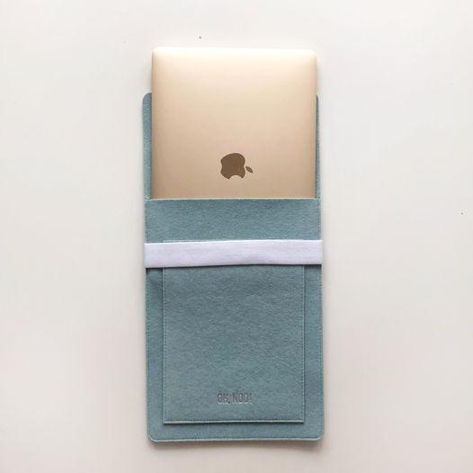 Вертикальный чехол с крышкой из фетра для Macbook голубого цвета