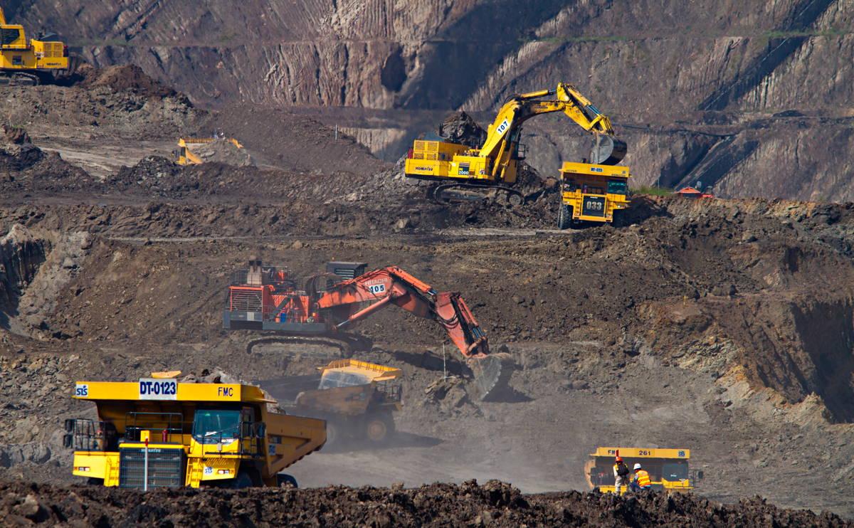 Camions et machines d'extraction de diamant dans une mine à ciel ouvert