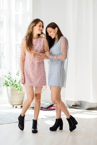 Платье- сетка цвета розовый пенки и серовато голубого оттенка