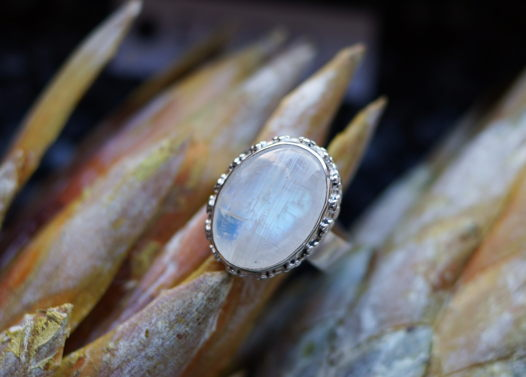 Филигранное серебряное кольцо с крупным лунным камнем