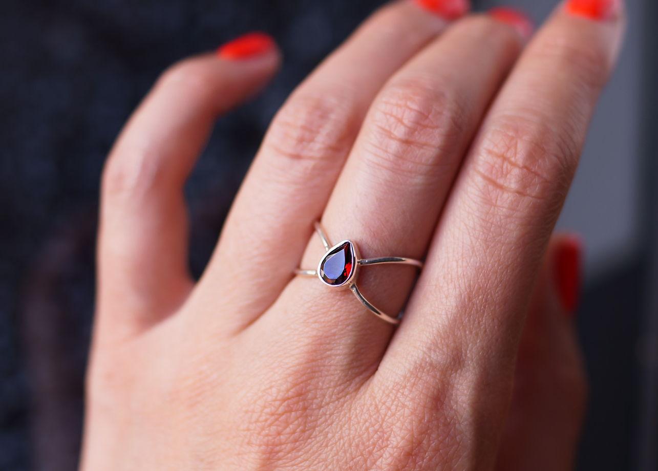 Серебряное кольцо Бесконечность с гранатом винного цвета