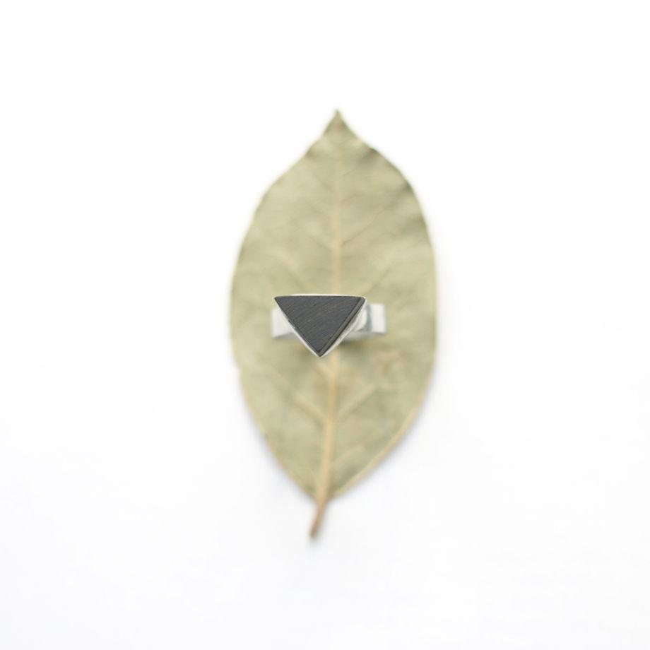 Кольцо с деревянным треугольным элементом