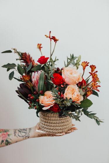 Композиция из живых цветов в джутовой корзинке S