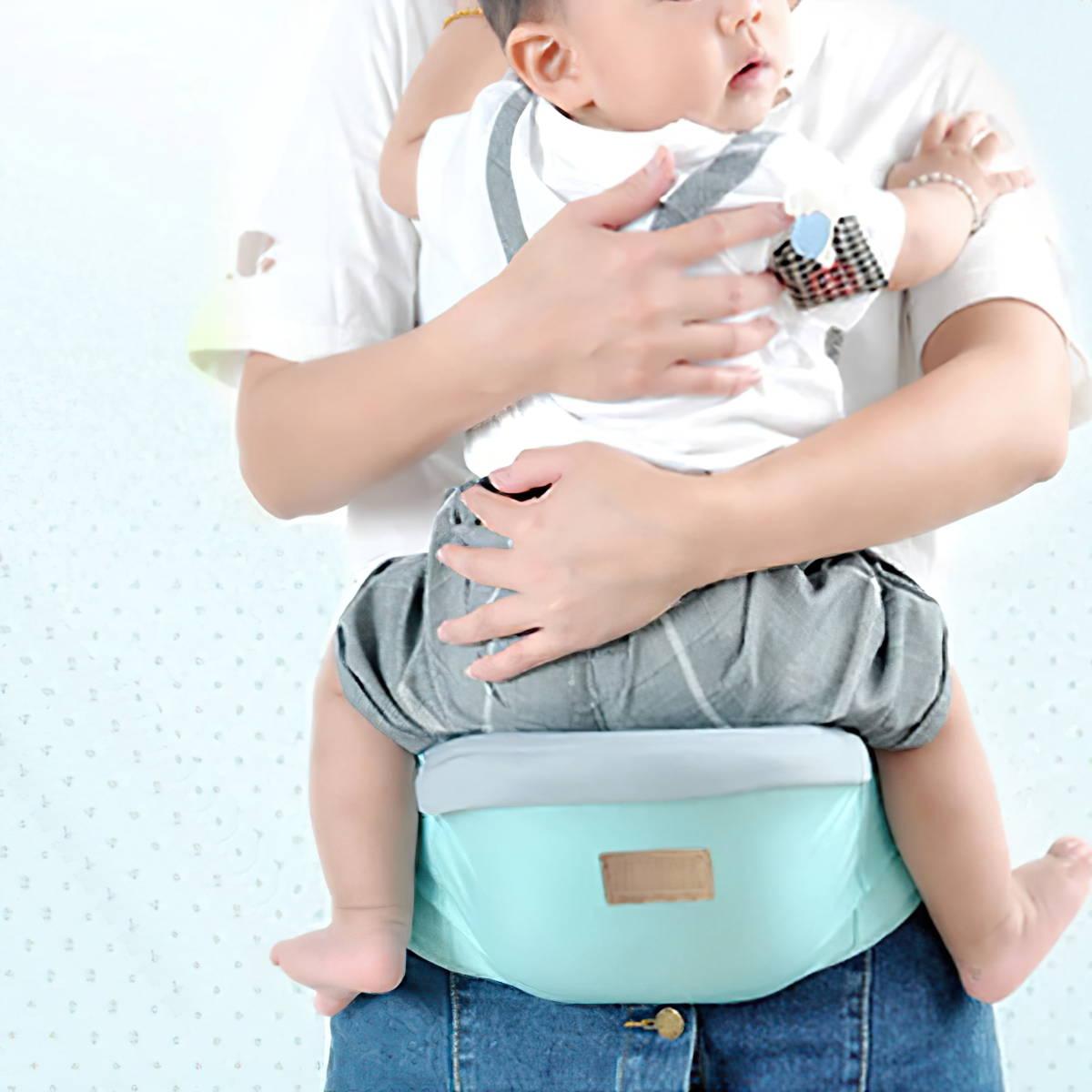 Bébé assis sur un porte bébé de hanche