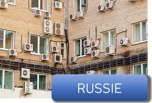 des climatiseurs sur un immeuble en Russie
