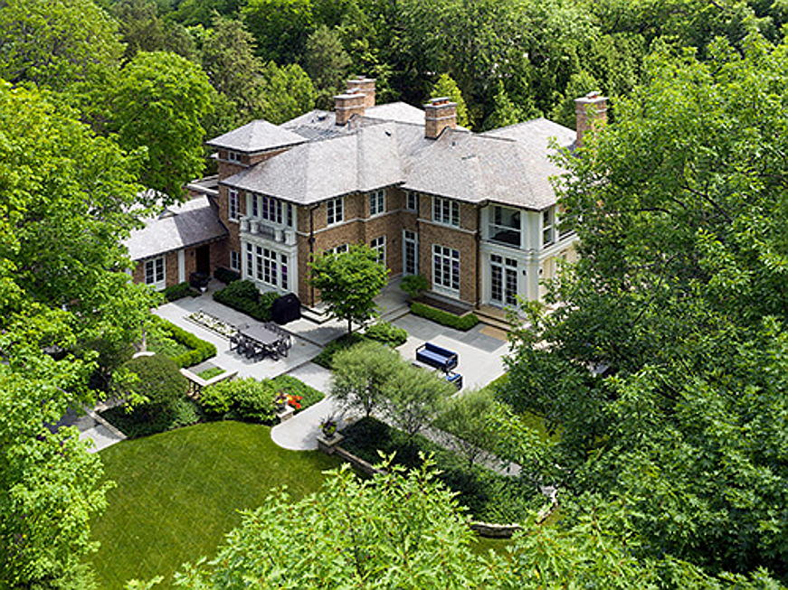 Hamburg - This luxurious mansion is situated close to Chicago on the banks of Lake Michigan. It is on the market for 3.99 million US dollars. The sprawling grounds guarantee absolute privacy. (Image source: Larry Malvin)
