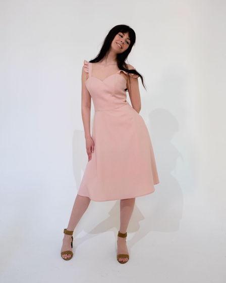 Платье с бретелями-крылышками и расклешенной юбкой