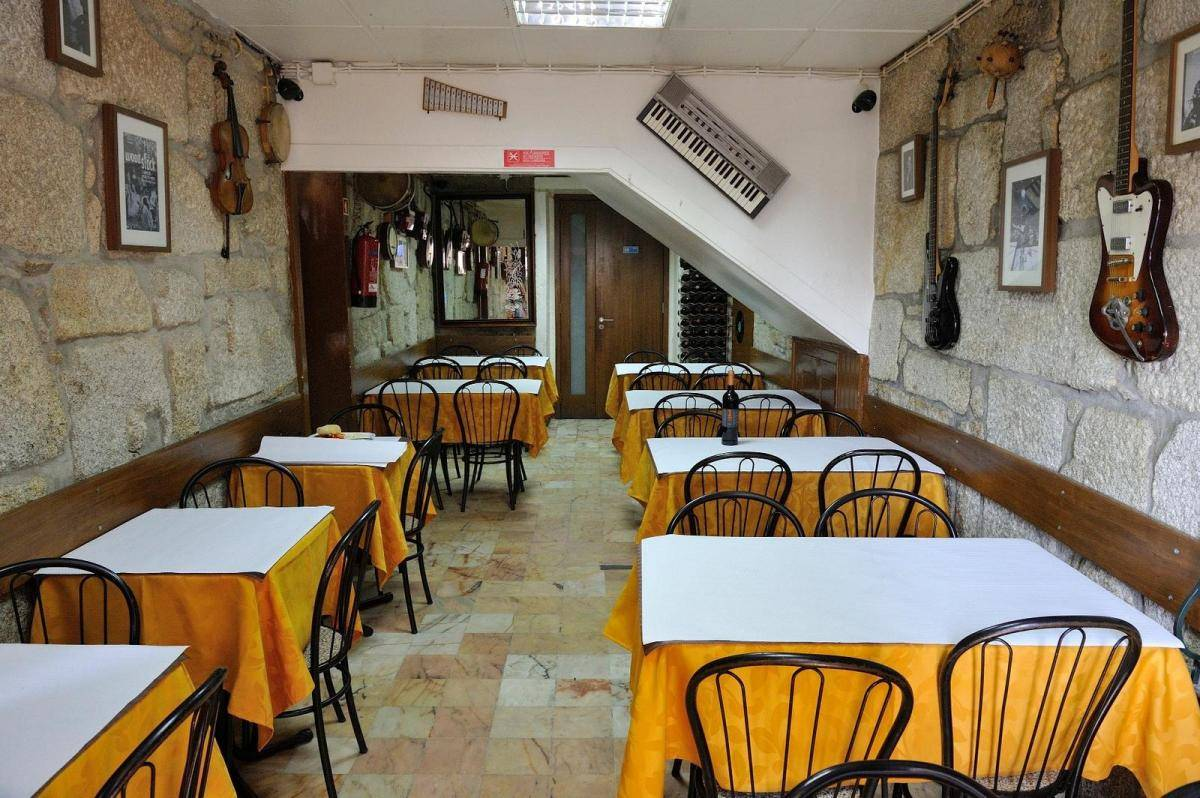 Our team picks Taberna Santo António as a traditional restaurant to eat out in Porto.