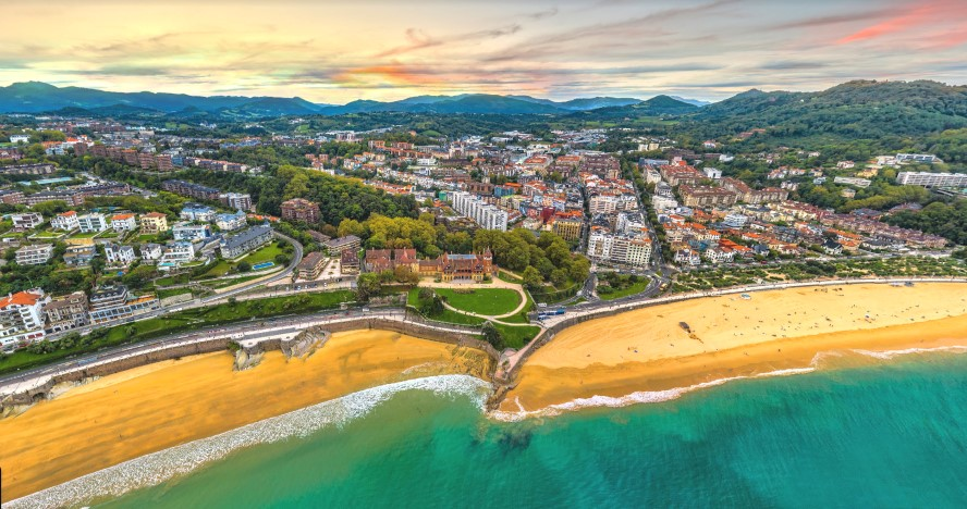 San Sebastián, España - Miramon palace in the center separates playa concha and aiete-miramon to the left and ondarreta beach Antiguo to the right