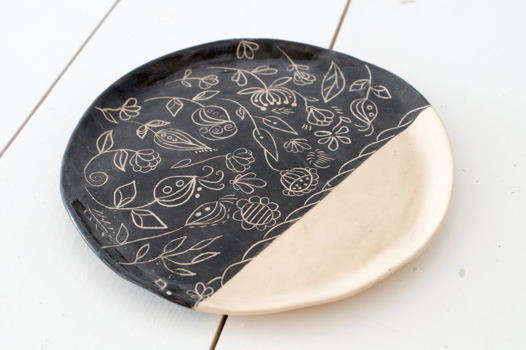 Резная тарелка черно-бежевая.