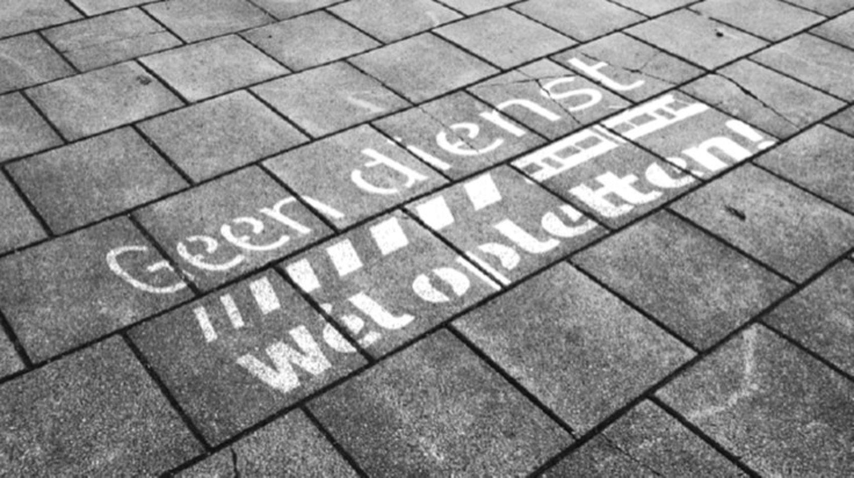 'Green graffiti' als onderdeel van de veiligheidscampagne om voetgangers bij de tramoversteken in Amstelveen-Zuid te laten weten dat er testtrams rijden. Geen dienst. Wel opletten!