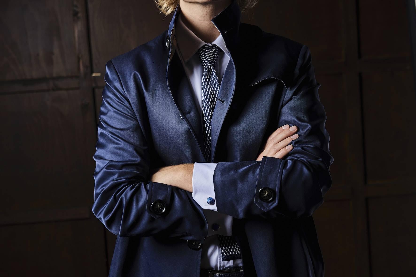 TailorMate   skræddersyet navuy coat, med hvid skjorte og prikkede slips