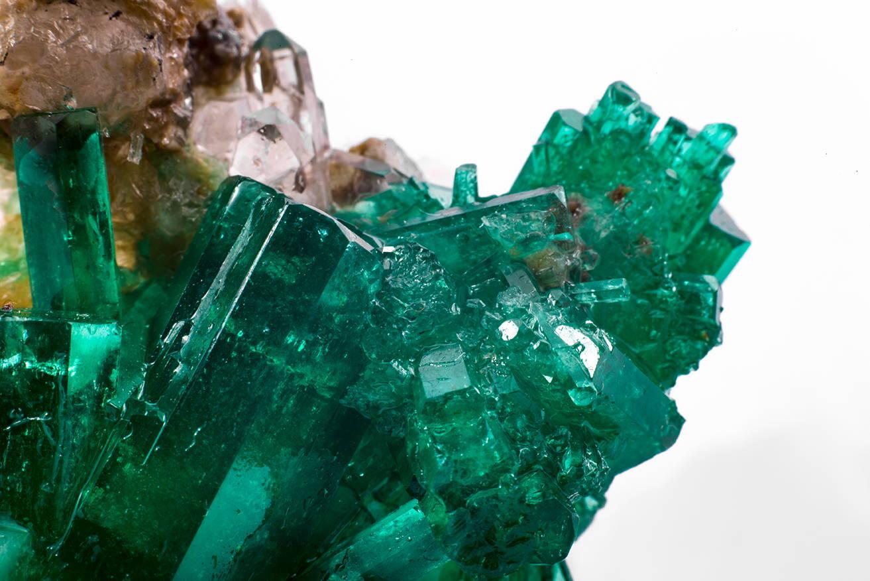 cristaux d'émeraude crue et de pierres gemmes bruts non découpés