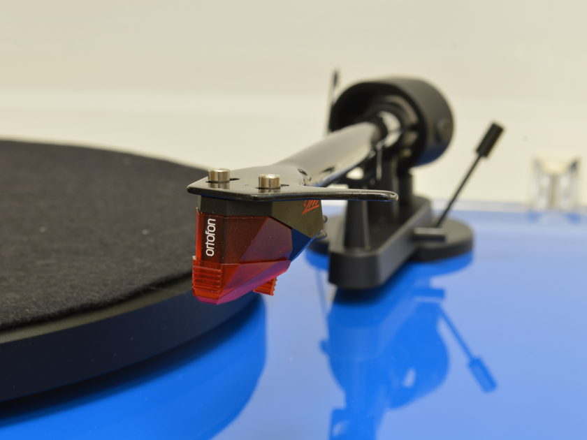 Pro-Ject Debut Carbon - Includes Ortofon 2M Red Cartridge and Dust Cover