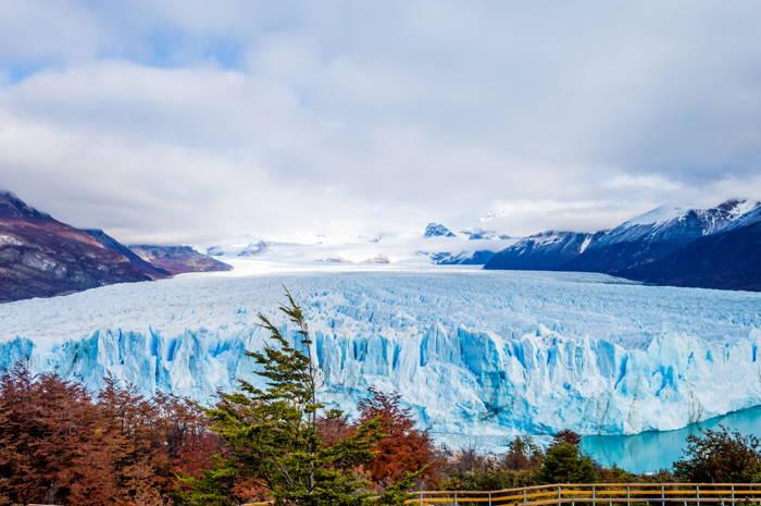 glaciar perito moreno, grande geleira de cor azulada