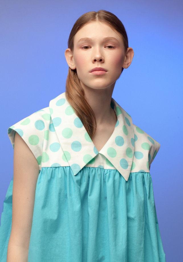 свободное бирюзовое платье-рубашка в горошек
