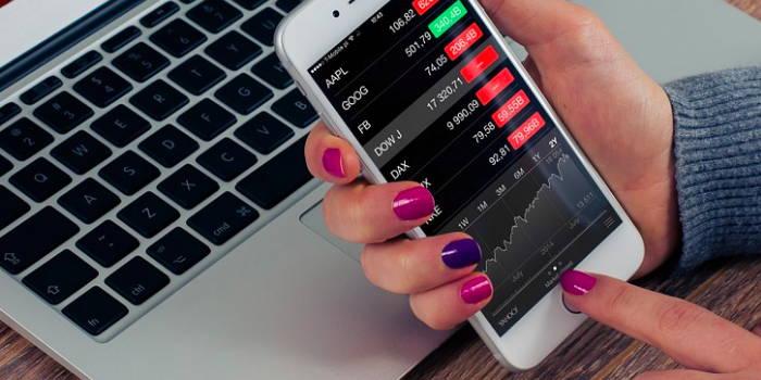 En telefon hvor en online børsmægler bliver vist.
