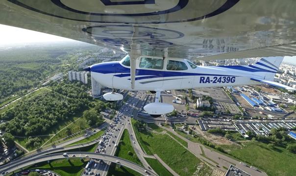 Полет на самолете над Москвой