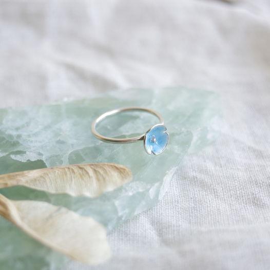 Кольцо ботаническое с цветком в горячей эмали. Маленький голубой цветок - незабудка