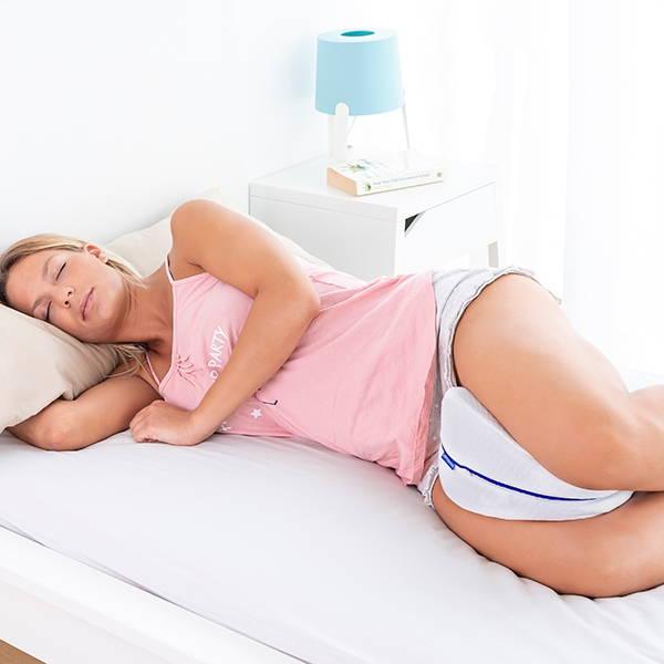 Femme utilisant notre coussin entre les jambes pour dormir