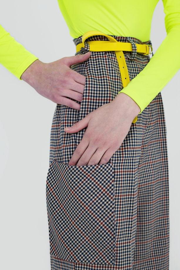 Широкие брюки с завышенной талией и накладными карманами.