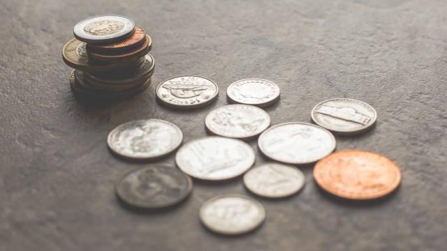 Mønter på et bord