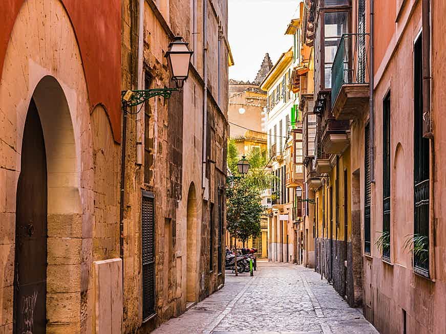 Balearen, Spanien - The old town can be reached on foot