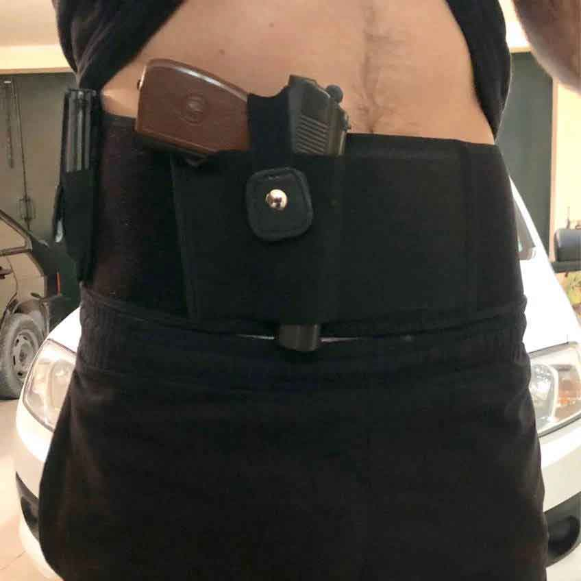 an officer using dragon belly holster take a selfie