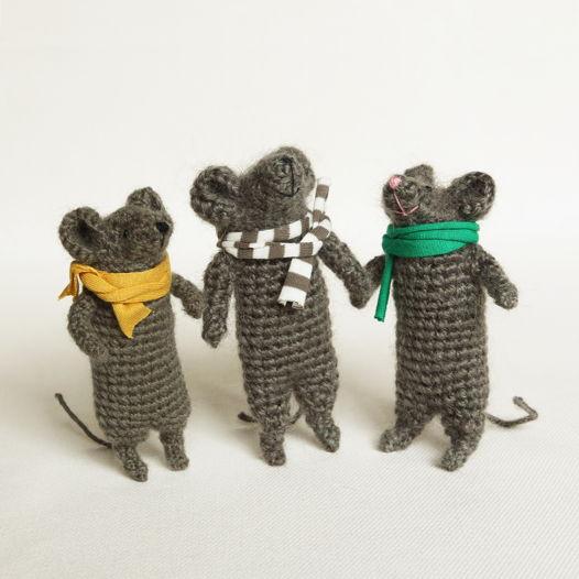 Вязаные серые мышата в шарфиках (цена за 1 шт)