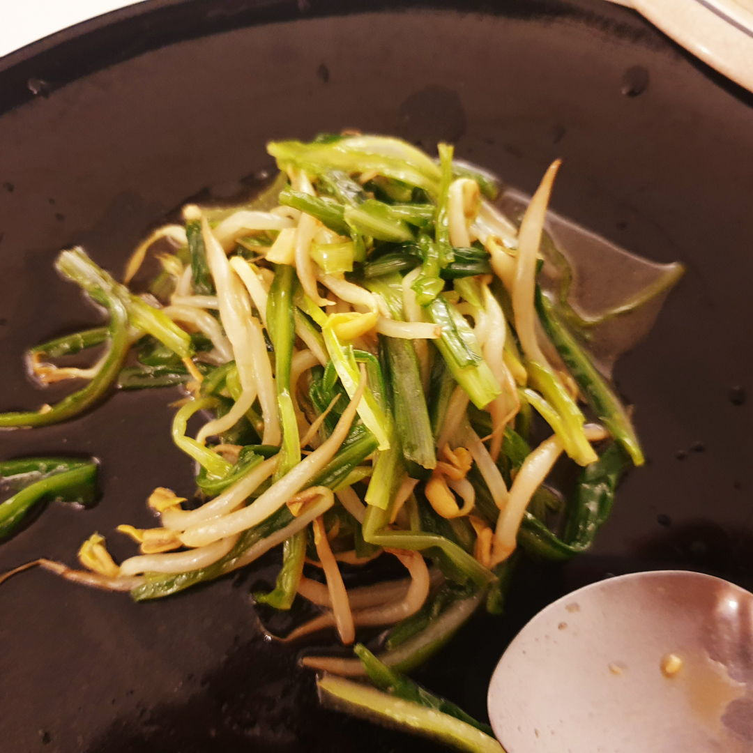 Dayumm. This tasted so good. Green dragon vegetable and beansprout. 1 tbsp oyster sauce, 1/4 tsp sesame oil, 1 tsp light soy sauce, 3 clover garlic, 1/2 tsp sugar, dash of black pepper, and salt to taste. Awesome shit! Im so proud of myself.