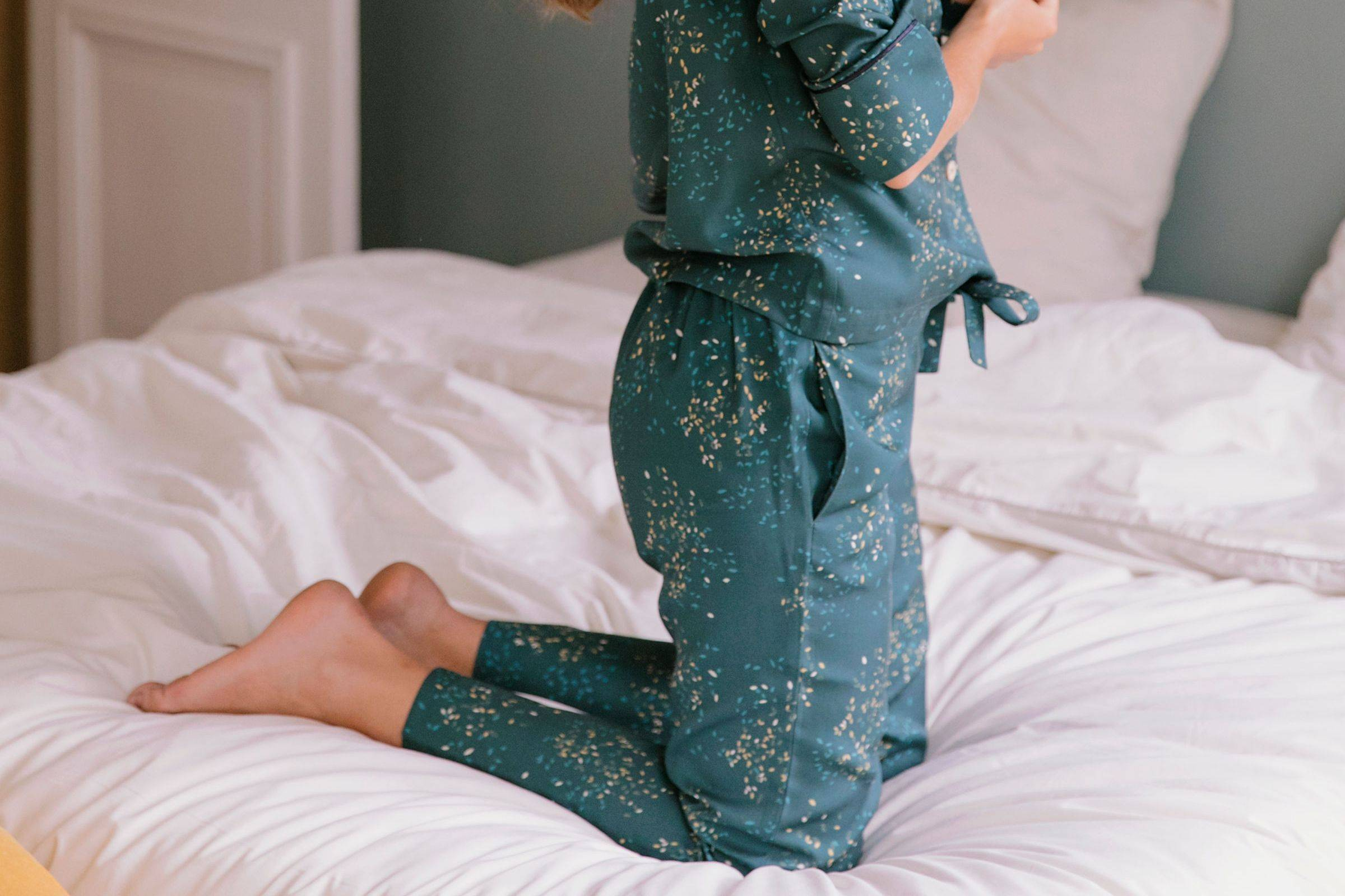 Nêge Paris - Pyjama Rue des Etoiles chemise pantalon vert profond habillé de lueurs orange et dorées