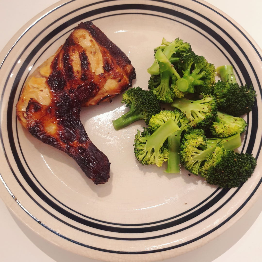 Air fried BBQ chicken and steam broccoli. Heinz bbq sauce, lea and perrins worcestershire sauce and honey for the chicken and literally plain steamed broccoli with a dash of black pepper :) not bad for a start i guess