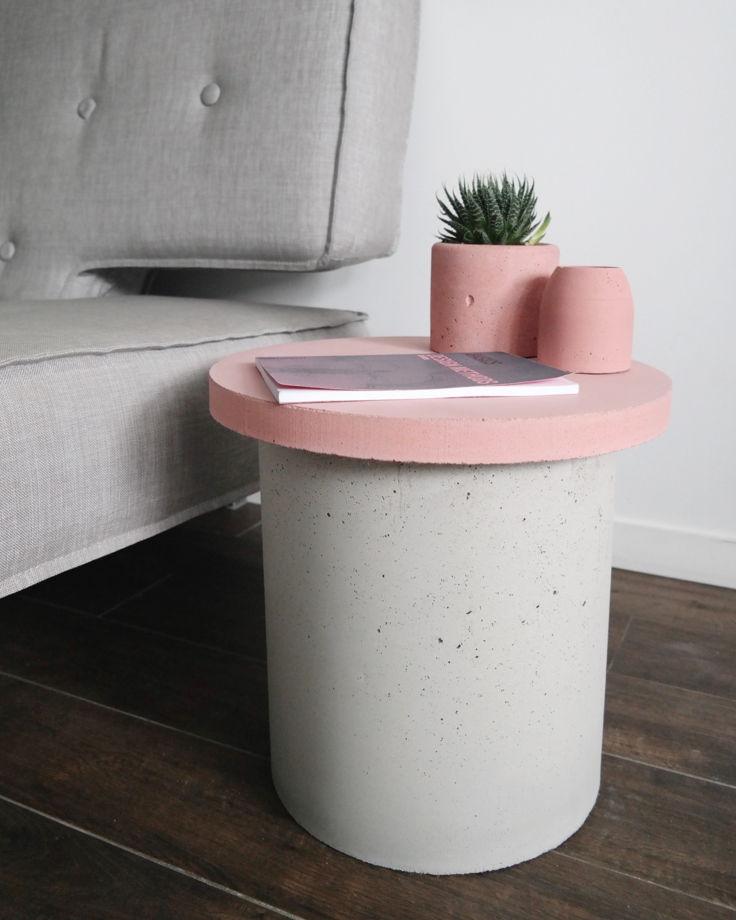 Кофейный столик с розовой столешницей