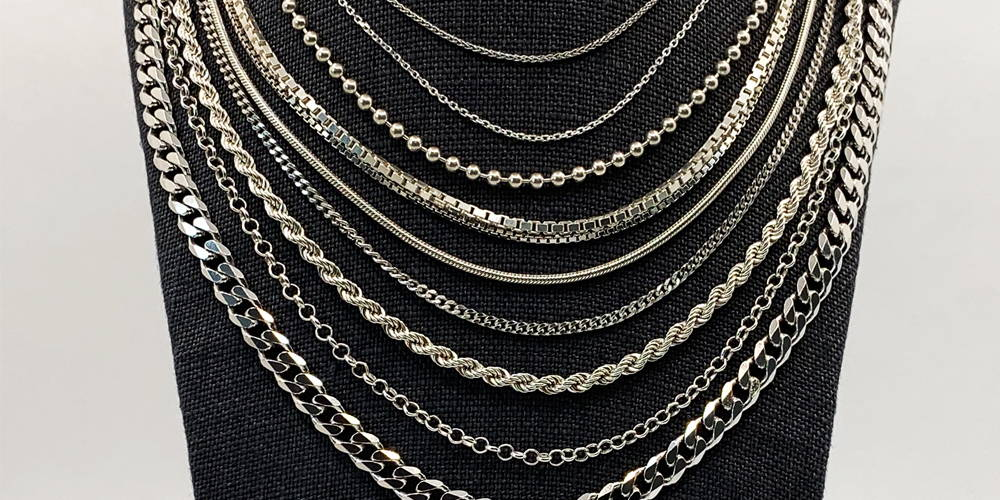 Cou de joaillerie avec différents types de chaînes