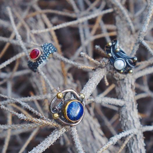 Серебряные кольца с лазуритом и жемчугом
