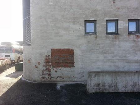 Marmorblåsing, fjerne slamming på teglsteinsfasade ca 500 m2, oppdragsgiver Hobøl kommune 2014 bilde
