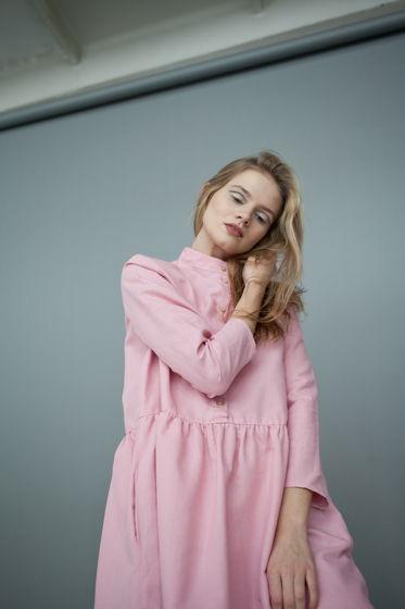 Платье с воротничком-стойкой, розовое