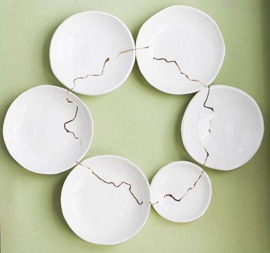 Белая тарелка с золотом