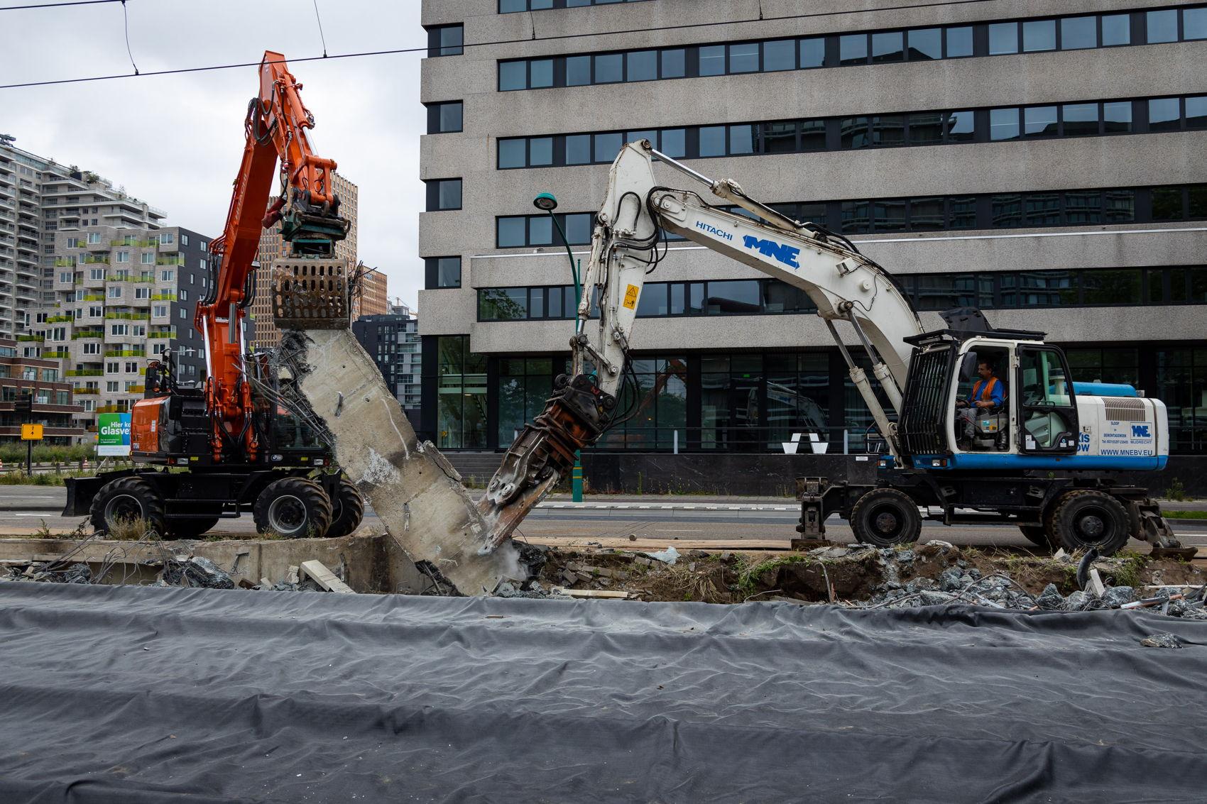 Dat haltes De Boelelaan/VU en A.J. Ernststraat zijn dit weekend helemaal weggehaald. Daar kwam het nodige sloopwerk aan te pas.