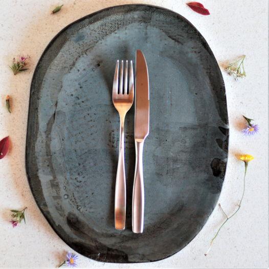 Синее блюдо из черного фарфора