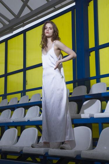 Белое шелковое платье с разрезом