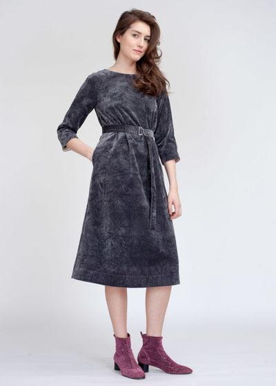 Серое платье из жатого бархата