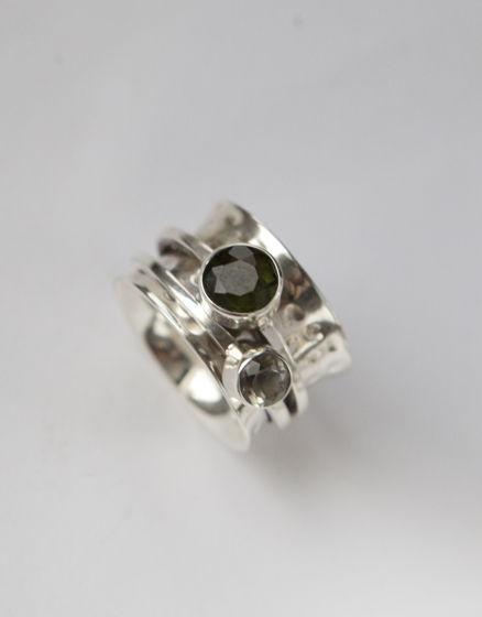 Серебряное кольцо с натуральным молдавитом и зеленым аметистом