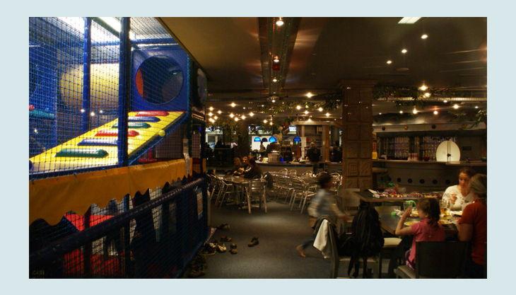 kletterbereich und café restaurant
