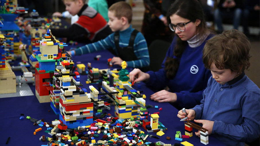 play lego with kids