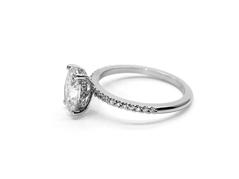 Semi-eternity ring in white gold with princess diamond.